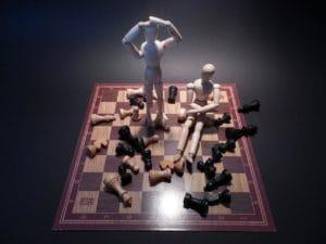 Holzpuppen und Schachbrett