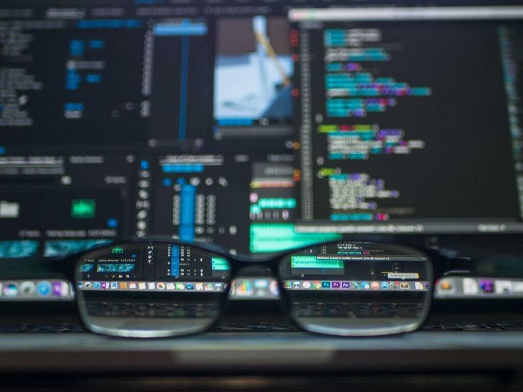 Beitragstitlebild - Monitore mit Quellcode und einer Brille