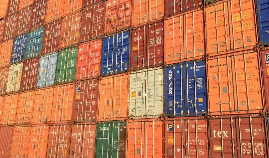 Titelbild Docker unter CentOS - gestapelte Schiffscontainer