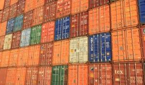 Beitragsbild Docker Compose - Reihe mit gestapelten Frachtcontainern