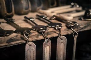 Kerberos Beitragsbild - Schlüssel auf einem Brett