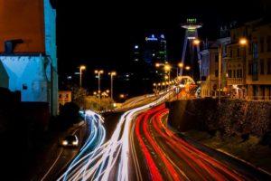 Apache Kafka - Straße mit Lichtern von Autos
