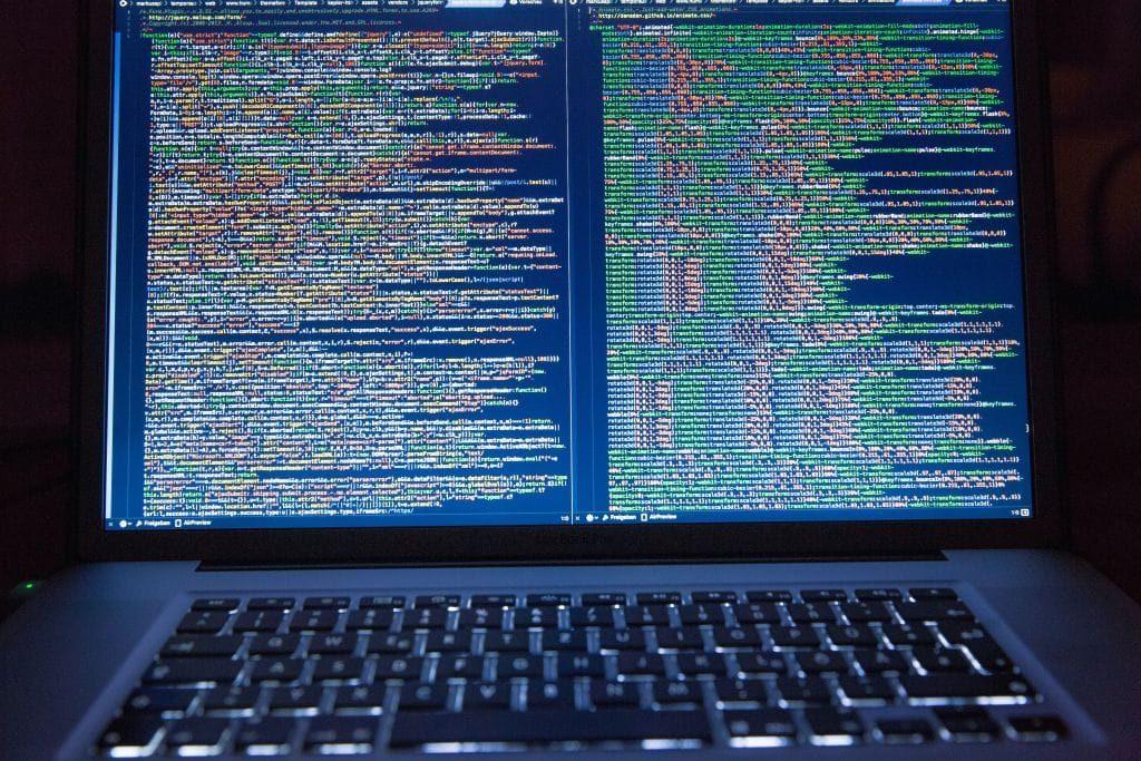 Titelbild Elasticsearch - Laptop mit zwei Fenstern voller Quellcode
