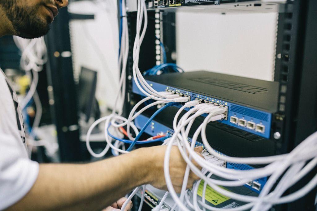 Titlebild MQTT Broker - Switch mit Netzwerkkabeln