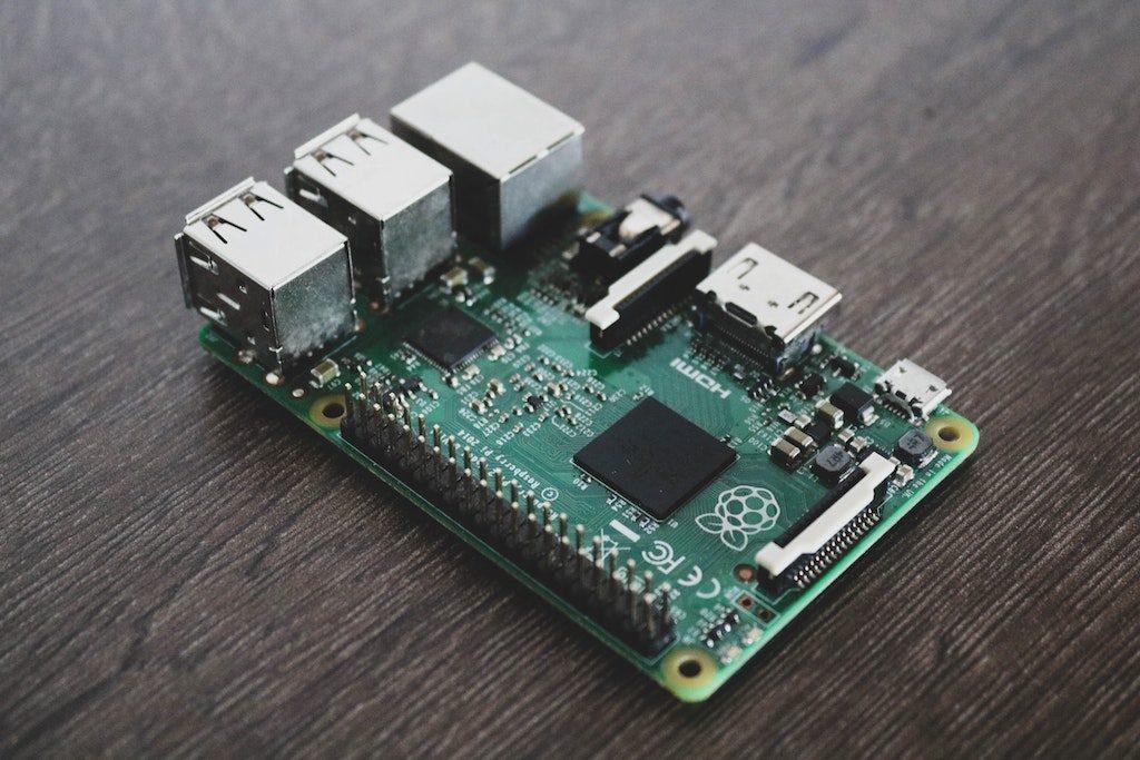 Raspberr Pi Firmware - Titelbild - Zeigt einen Raspberry Pi