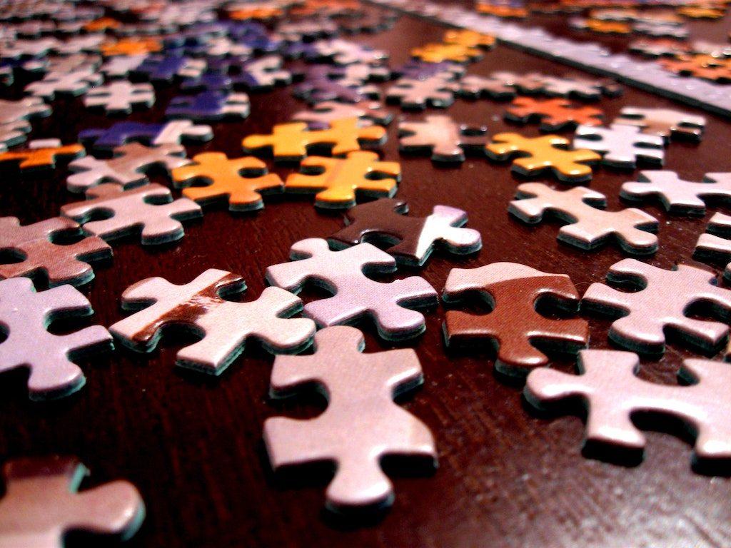 Puzzelteile auf einem Tisch - Soll Rekombinationsverfahren darstellen
