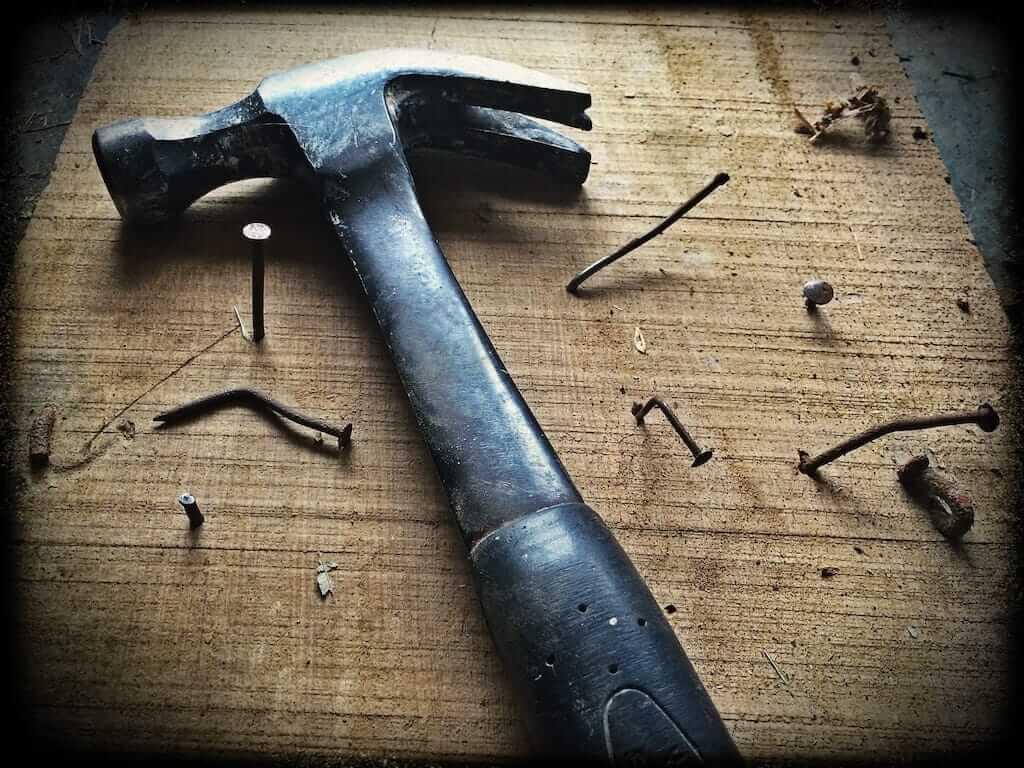 Jenkins Titelbild - Hammer und Brett mit Nägeln