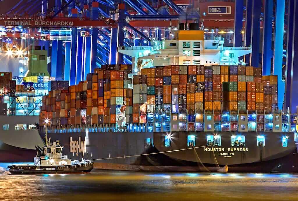 Titelbild Docker Kubernetes - Beleuchtetes Containerschiff