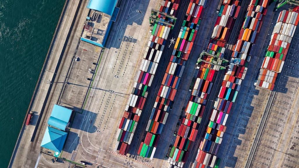 Docker Swarm Titelbild - Containerreihen im Hafen von oben