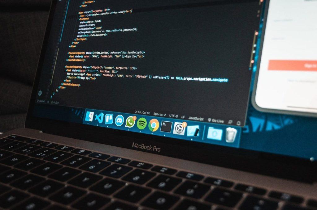 Visual Studio Code Titelbild - Laptop mit Quellcode